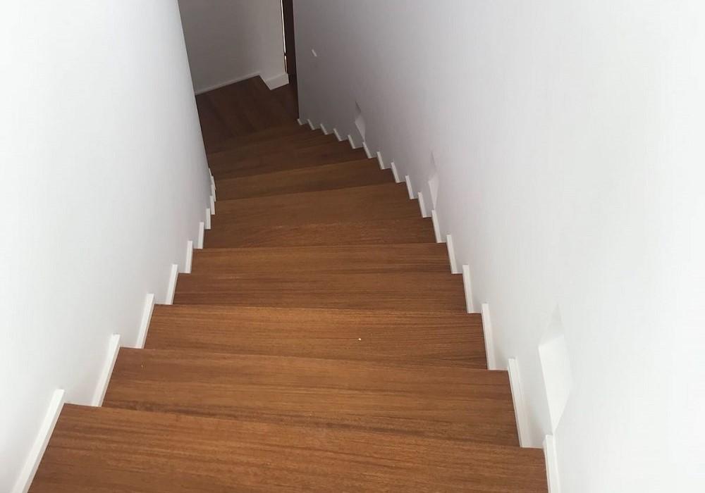 Instalacion-suelo-vivienda-1lama-detalle-escalera