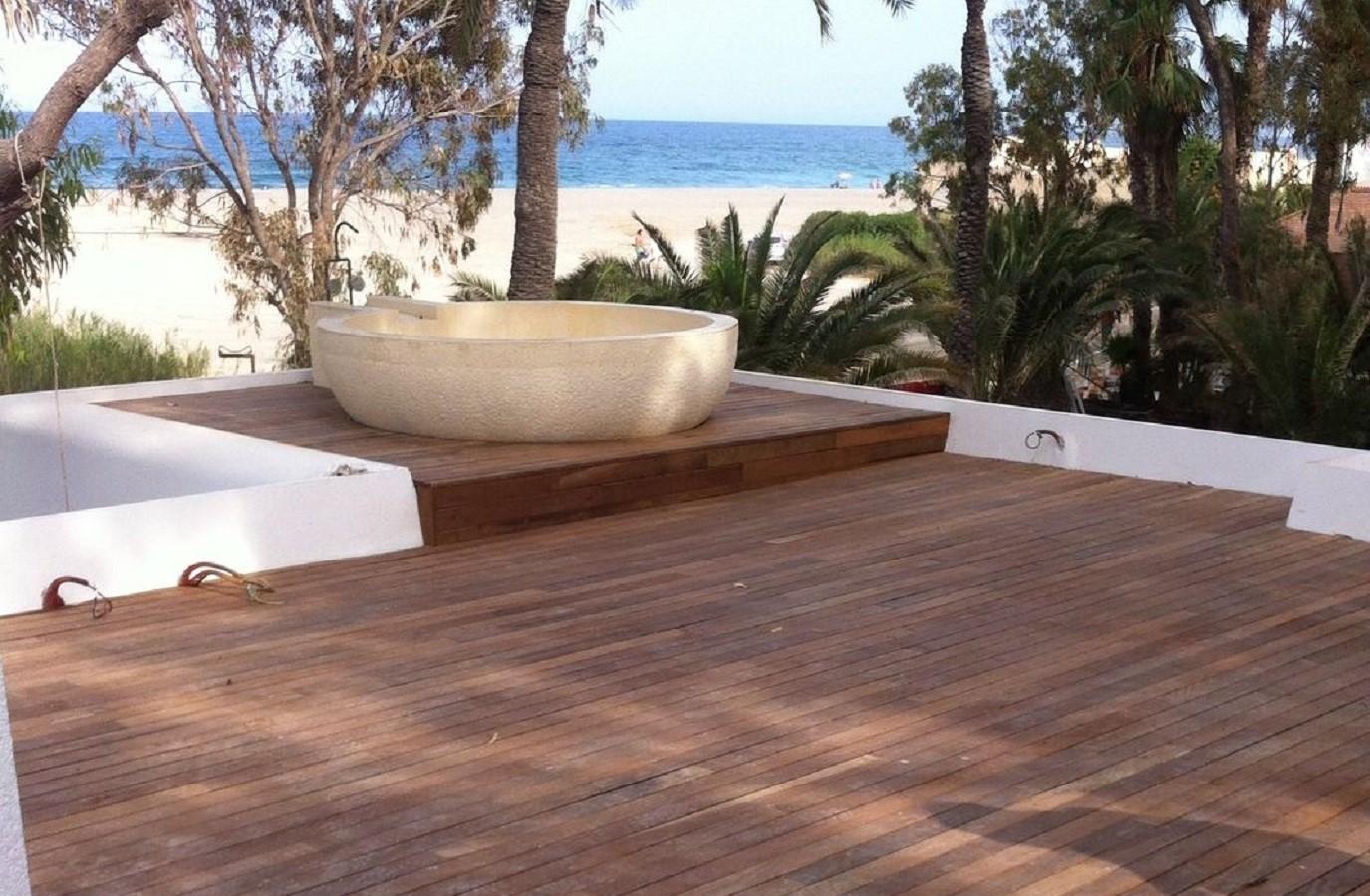 Proyectos Más Madera: Revestimiento con madera de Ipé zona exterior de un hotel en Mojácar (Almería)