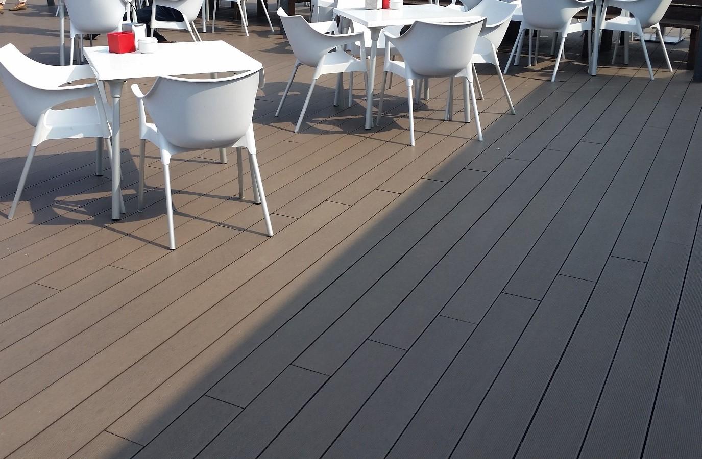 Proyectos Más Madera: Instalación de tarima de composite en la terraza de una restaurante en Asturias