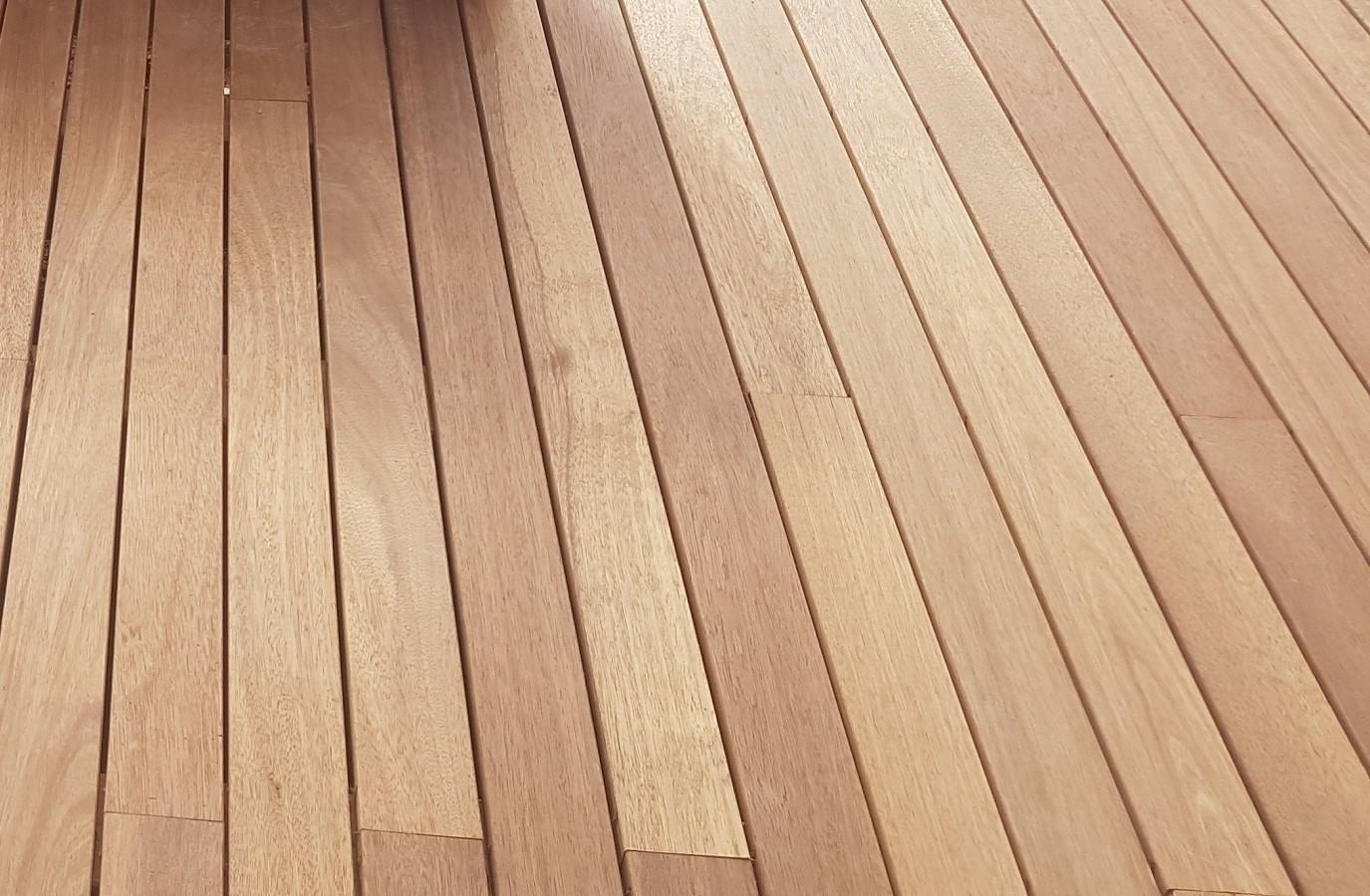 Instalación de tarima de madera de teca