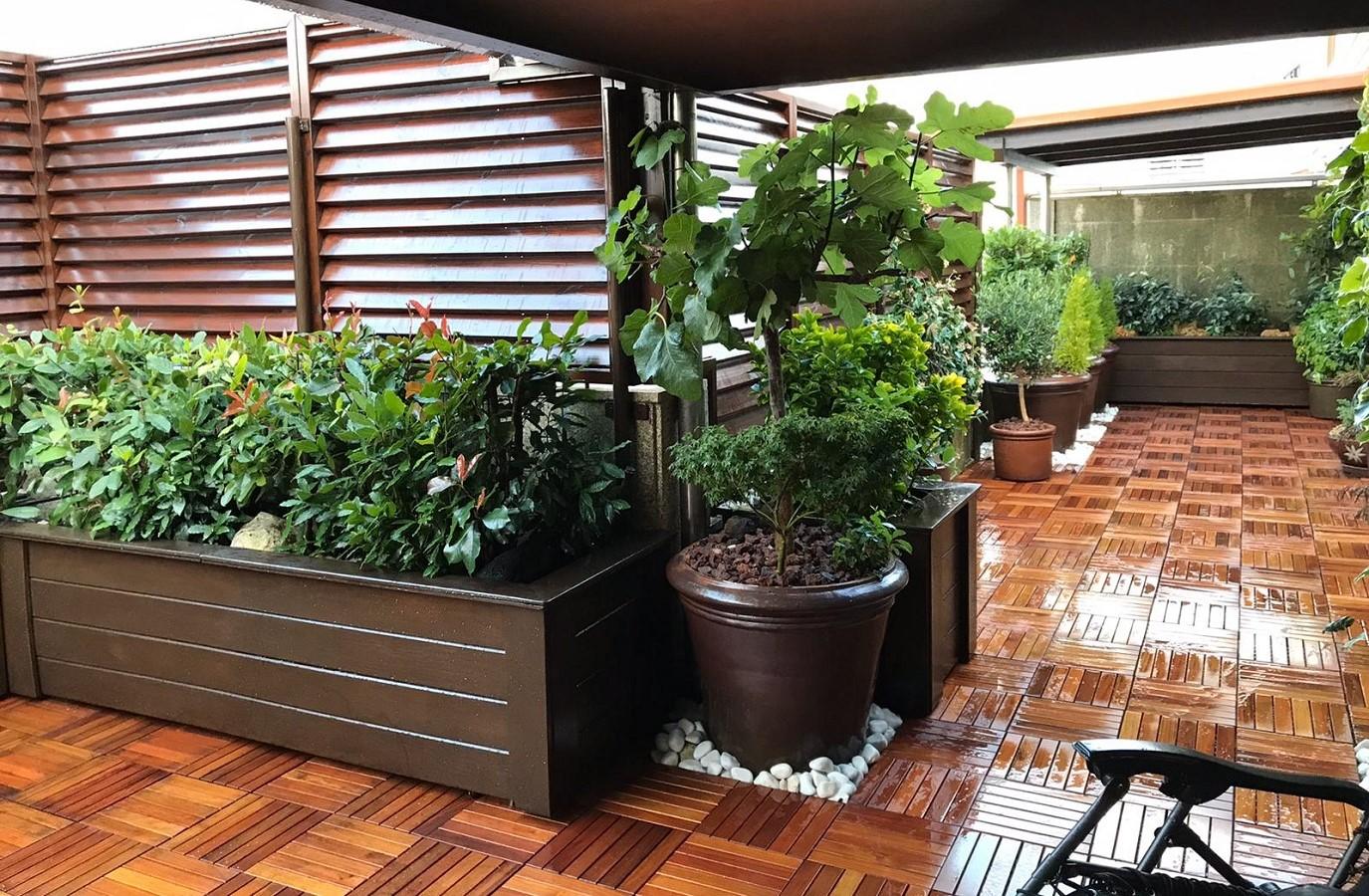 Proyectos Más Madera: Instalación de losetas de madera de estoraque en una terraza de un restaurante en Galicia