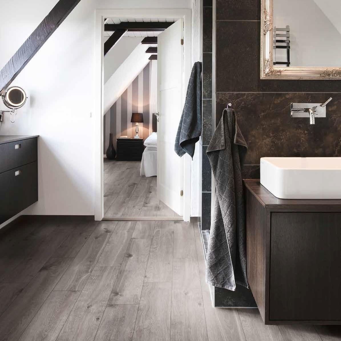 habitación de hotel con baño suelo continuo